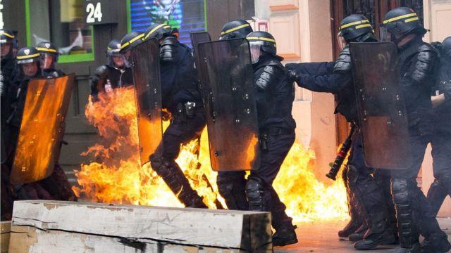 Polise atılan molotof kokteyli.