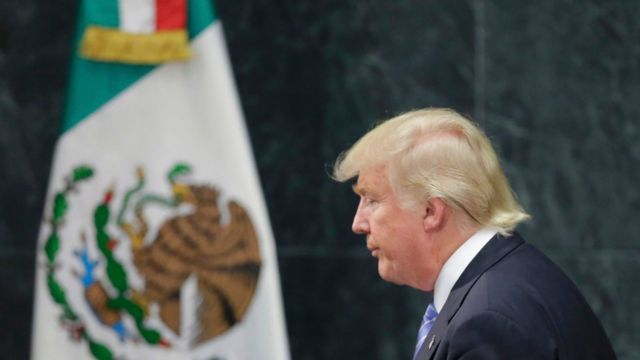 Donald Trump frente a la bandera de México