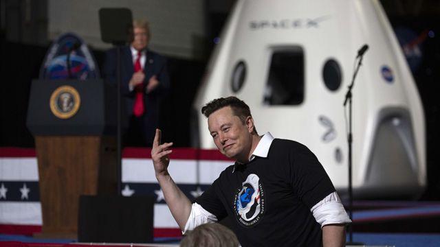 Elon Musk con Donald Trump de fondo