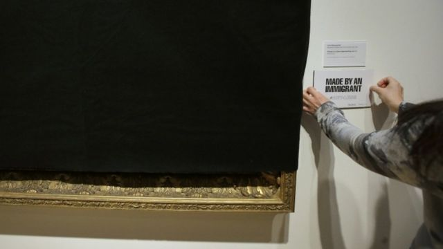 """""""Hecho por un inmigrante"""", eran las placas que sustituyeron la información sobre el artista y su obra."""
