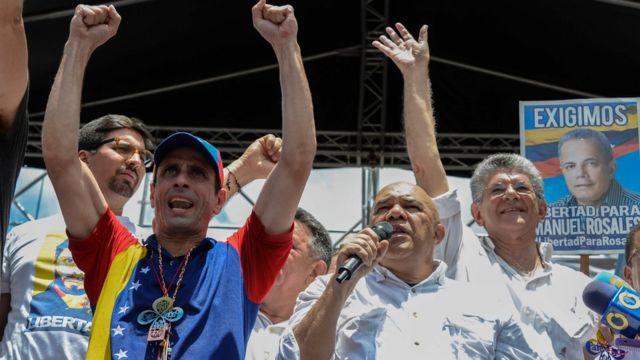 El secretario ejecutivo de la MUD, Jesús Torrealba, junto a otros dirigentes de la oposición.