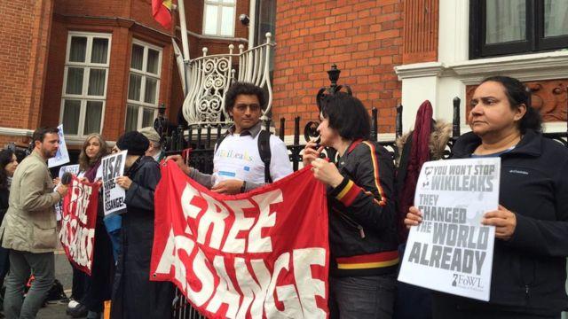 Сторонники Ассанжа собрались у посольства Эквадора после решения шведской прокуратуры