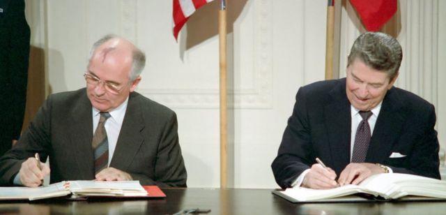 Xoghayihii guud Mikhail Gorbachev iyo madaxwayne Ronald Reagan oo saxiixaya heshiis lagu dhimayo niyukleerka 1987