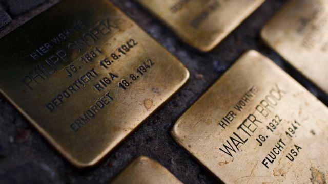 Таблички на земле с именами жертв Холокоста
