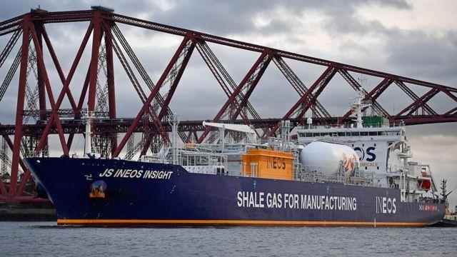Barco que transporta petróleo de esquisto.