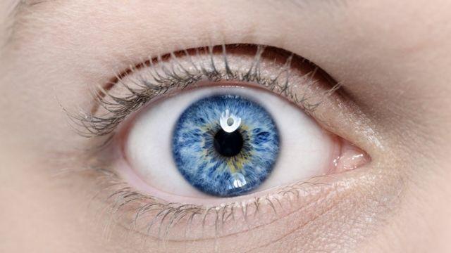 Голубой глаз в макросъемке