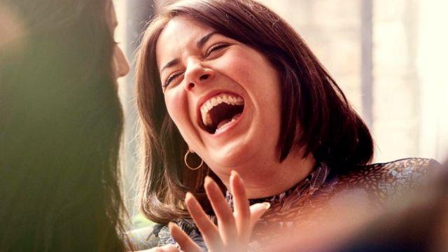 Una mujer riendo a mandíbula batiente