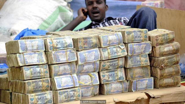 Satu dolar AS setara dengan 9.000 shilling Somaliland - nilai mata uang ini begitu rendah, para pelanggan berkeliling pasar dengan tumpukan uang kertas dalam tas mereka.