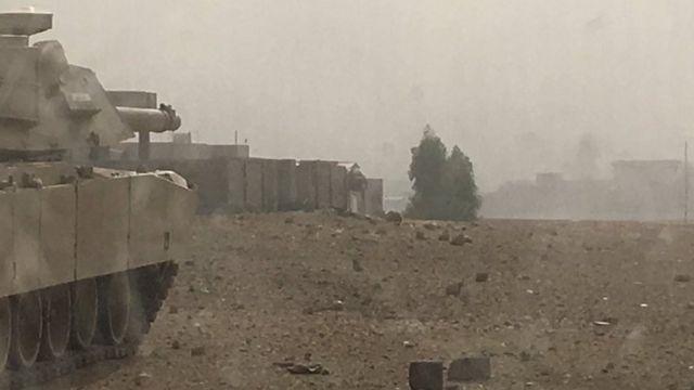 モスル市内を臨むイラク軍(11月1日)