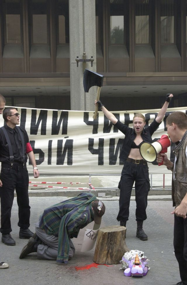 Ольга Шалина на акции запрещенной партии НБП в 2002 году