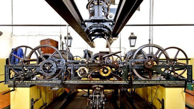 Общий вес этого чрезвычайного продуманного часового механизма - около пяти тонн