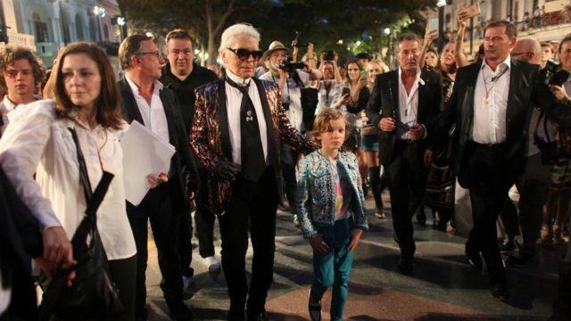 Karl Lagerfeld wey be head designer and creative director of fashion house Chanel, waka wit one model afta one fashion show of im latest inter-seasonal Cruise collection, for di Paseo del Prado street inside Havana, Cuba.