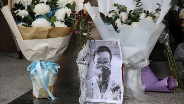武汉中心医院入口处献的鲜花
