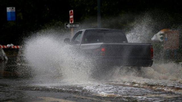 Automobil na ulici usred oluje