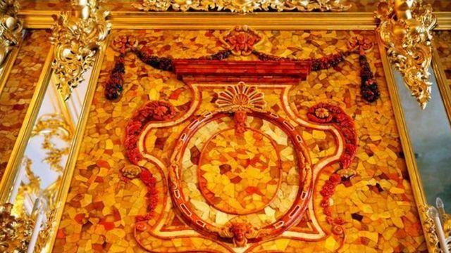 تضم غرفة الكهرمان التي أعيد بناؤها مؤخرا ألواحا من الكهرمان على جدران مطلية بورق الذهب
