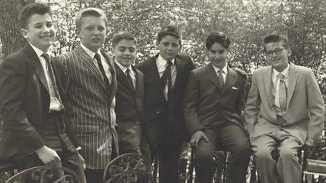 1959年に友人のバル・ミツワ(ユダヤ人男子の成人式)に出席したドナルド・トランプ(左から2人目)