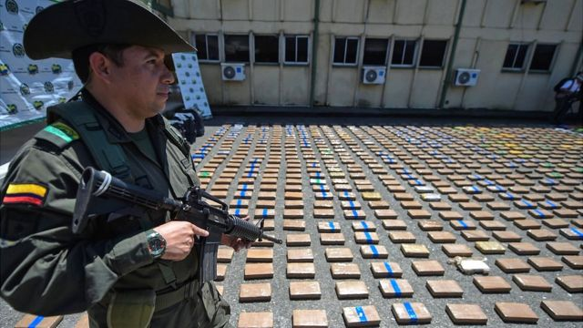 Policía con droga decomisada.
