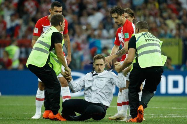 Un intruso accede al campo de fútbol durante el Mundial de Rusia.