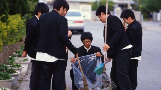 Alunos japoneses recolhem lixo na rua
