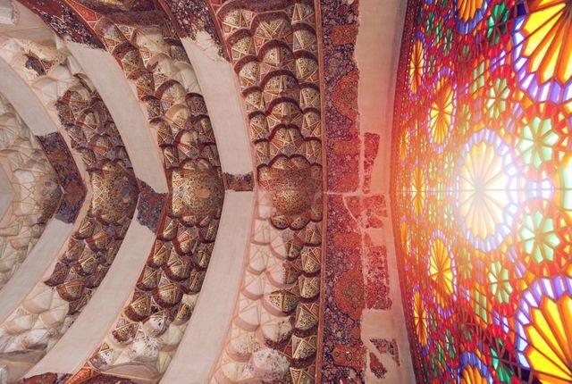 鲍纳的镜头对准了从彩色玻璃窗透进这座三百多年前建筑瑰宝的阳光。