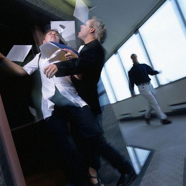 Pessoas se esbarram na porta de um elevador