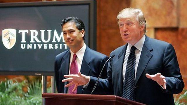 روز افتتاح دانشگاه ترامپ، دونالد ترامپ و مایکل سکستون، رئیس دانشگاه