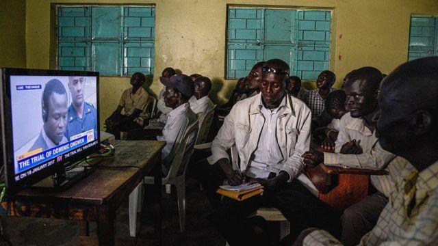 Des habitants du nord de l'Ouganda regardent le procès de Dominic Ongwen - 2016