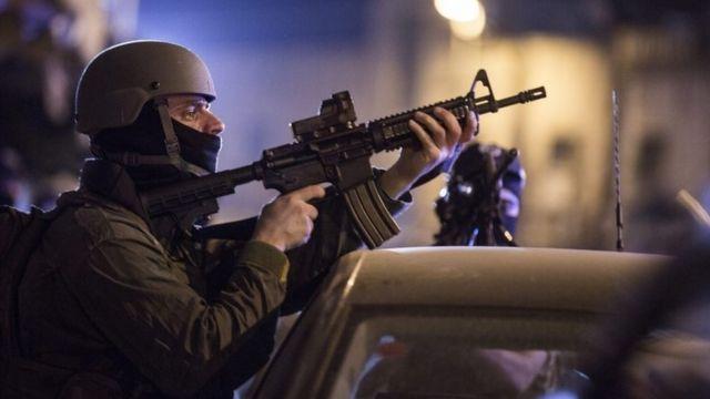 エルサレムの事件現場を警戒するイスラエル警察(8日)