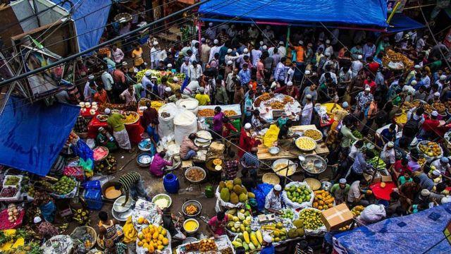 ชอกบาซาร์ ตั้งอยู่ในเขตเมืองเก่าของกรุงธากา ซึ่งเป็นสถานที่ที่ยอดนิยมที่สุดและเก่าแก่ที่สุดสำหรับการซื้อของสำหรับ อิฟตาร์ (Iftar)