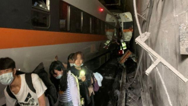 사고열차에서 승객들이 탈출하고 있다