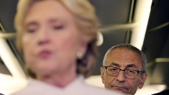 Hillary Clintonun kampaniyasının meneceri John Podesta hücumların hədəfi olub