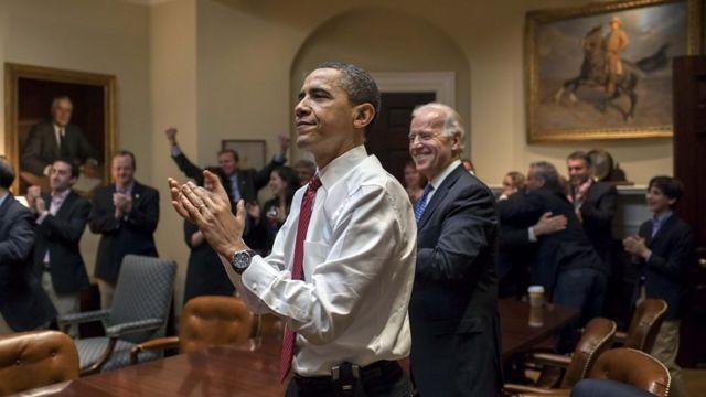 واکنش باراک اوباما، جو بایدن، و کارمندان ارشد کاخ سفید به تصویب لایحه اصلاحات بیمه سلامت، ۲۱ مارس ۲۰۱۰