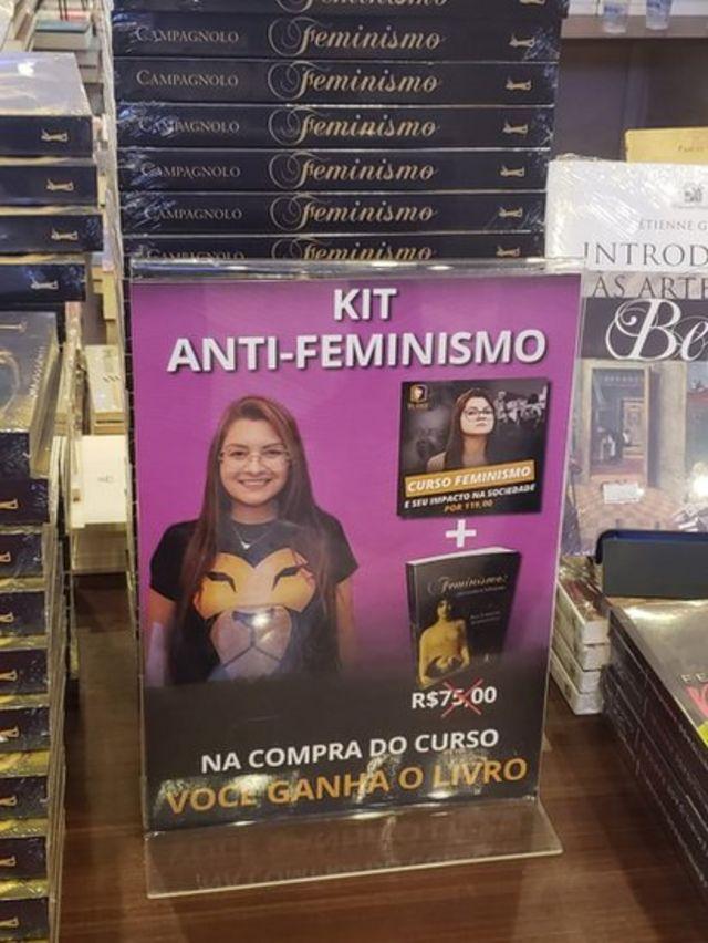 'Kit antifeminismo', com livro e um DVD, de autoria da deputada estadual Ana Caroline Campagnolo