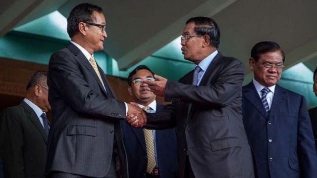 Sam Rainsy (trái) và Hun Sen (phải) có một thỏa thuận chính trị năm 2014, nhưng thỏa thuận này không tồn tại lâu