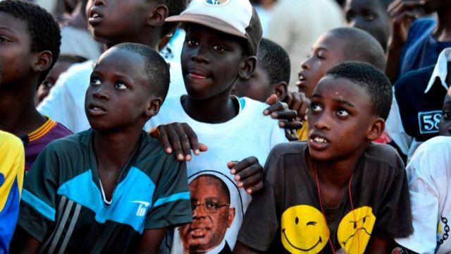 Des enfants portent des T-shirts à l'effigie de Macky Sall à Saint-Louis, au Sénégal.