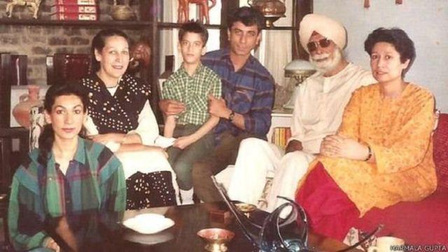 குடும்பத்துடன் ஹர்பக்ஷ் சிங் (வலமிருந்து இரண்டாவது)