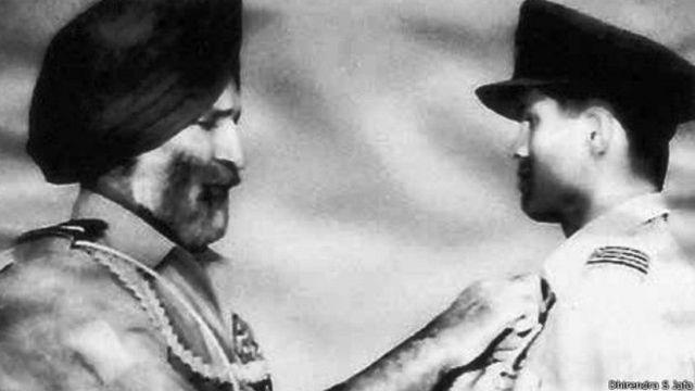 1965 के युद्ध में उल्लेखनीय योगदान के लिए दिलीप पारुलकर को सम्मानित करते तत्कालीन वायुसेना प्रमुख अर्जन सिंह.