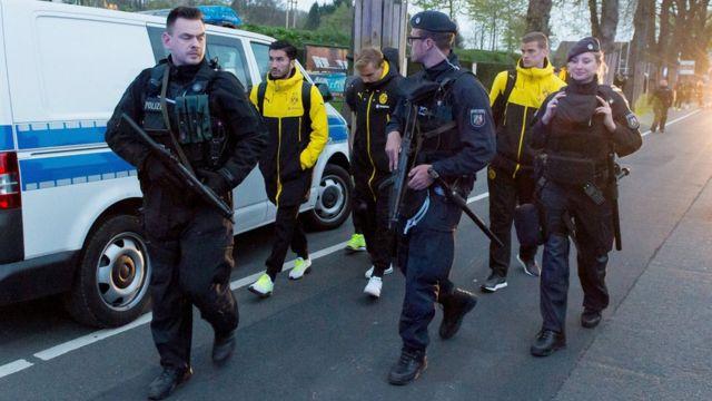 Borussia Dortmund players escorted by police (11 April)