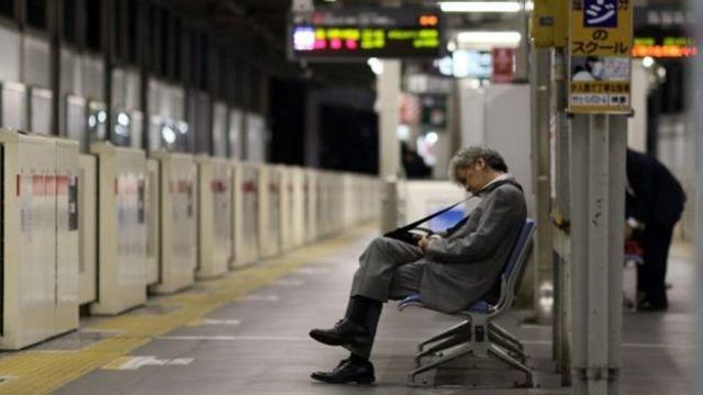 """ภาวะที่ทำงานหนักจนตายหรือ """"คะโรฉิ"""" กระทบต่อกลุ่มชายญี่ปุ่นมากที่สุด"""