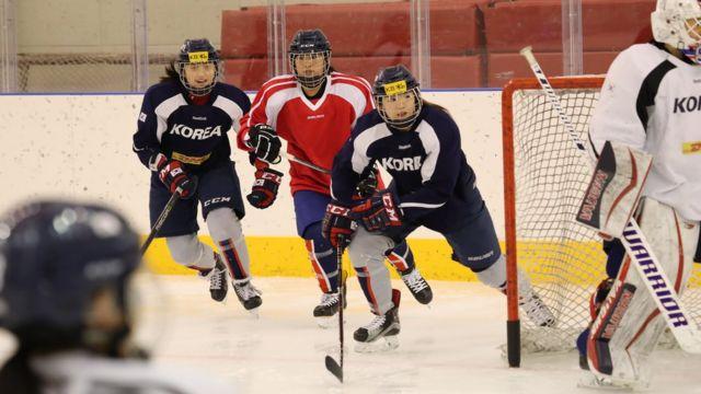 지난달 28일 첫 합동훈련을 시작한 남북 여자 아이스하키 단일팀