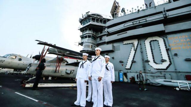 Các sĩ quan Hải quân Hoa Kỳ làm nhiệm vụ trên tàu sân bay USS Carl Vinson tại Cảng Tiên Sa ngày 5/3/2018 tại Đà Nẵng, Việt Nam