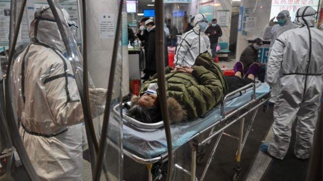 Paciente en una camilla en el hospital de la Cruz roja en Wuhan