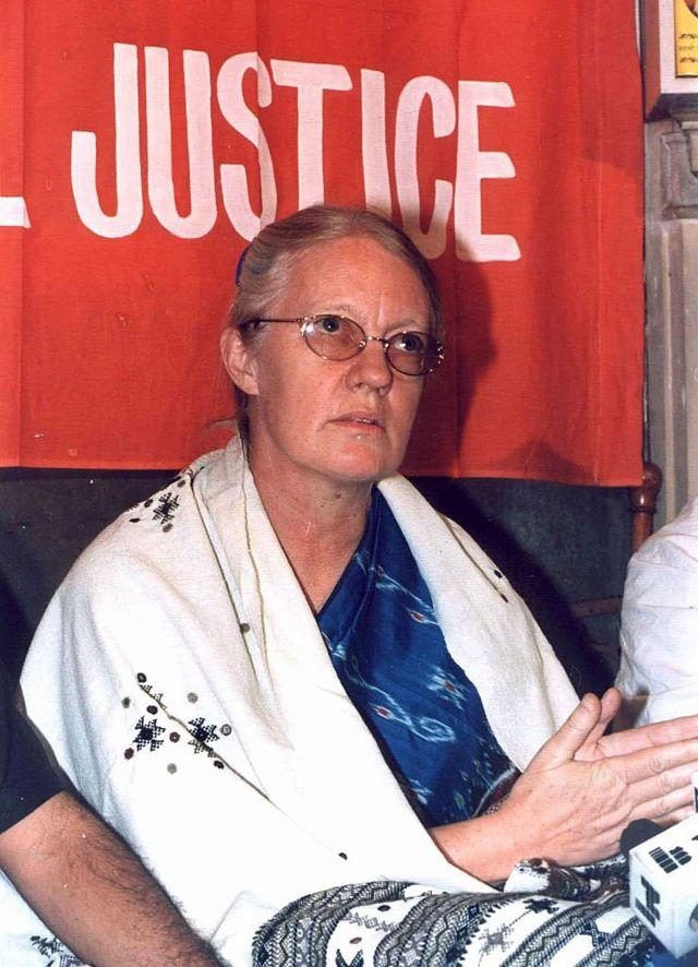 1999ம் ஆண்டு டெல்லியில் செய்தியாளர் சந்திப்பில் கிரஹாம் ஸ்டெயின்ஸின் மனைவி