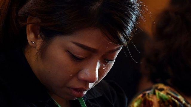 La esposa de una de las víctimas del vuelo MH17 llora en una ceremonia