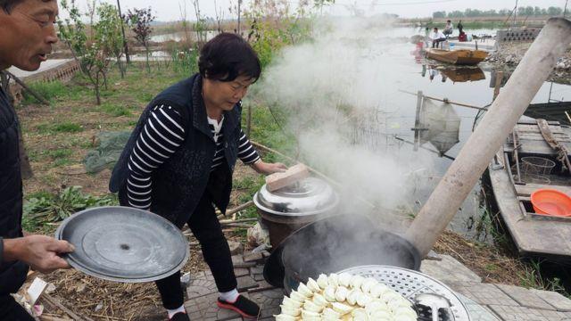 白洋澱的居民為住在家中的遊客煮餃子。