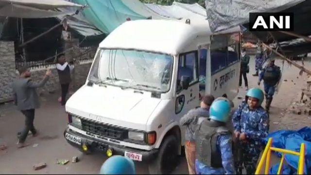 अलीगढ़ जिलाधिकारी ने बताया कि पुलिस के वाहन पर पथराव किया गया.