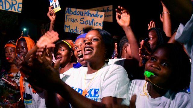 Des militantes de Madické Niang accueillent à Guinguineo dans l'Est du Sénégal.