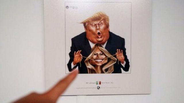 Rais huyo wa Marekani ameonyeshwa akimlazimisha Melania Trump kutabasamu kwa kitumia mikufu ya dhahabu