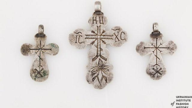 Срібні жіночі хрести. З Гадяцького району Полтавської області, кінець ХІХ століття. Носили такі прикраси на низці намиста із комплексом прикрас
