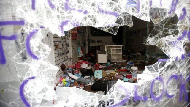 شیشه مغازهای که معترضان اجلاس در شبهای گذشته شکستهاند